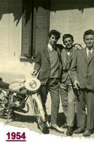 AMICIAMICI  1954         (Foto di Bruno Marino)  UN TRIO DI AMICI CHE COCCOLANO IL LORO PICCIRIDDU