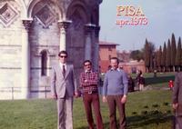 PISA 1973            (Foto di Bruno Marino)  TORRE PENDENTE..EEEE DI PISA.CLASSICA GITA CON   AMICI E TRIBU'AL SEGUITO. NOI TRE CI SIAMO RESI  IRREPERIBILI!!   PISA APRILE 1973    - Ragusa (4322 clic)