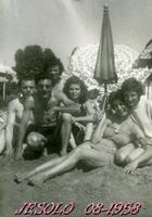 IN   VACANZA  1958        (Foto di Bruno Marino)  DOPO UN ANNO DI FATICA FIINALMENTI IN FERIE    UNA SETTIMANA!!!! ALLELUIA!!    JESOLO LIDO 1958  - Ragusa (3305 clic)
