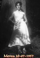 MAGDA  1957     (Foto di Bruno Marino) UNA BELLA FIGLIOLA DI UN MONDO CHE FU' MOLTO PIU' PULITO DI QUEL DI OGGI,PIU'RISPETTOSO DELLA GENTE E DELLA NATURA!!GENTE DI OGGI NON SAPRETE MAI CIO' CHE AVETE PERSO. MADDALENA MONZA  1957  - Ragusa (2406 clic)