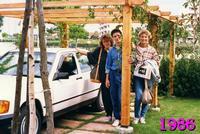 APRILIA  1986      (Foto di Bruno Marino) TRE GIOVANI BIMBI NEL FULGORE DELLA LORO GIOVENTU'           APRILIA  1986  - Ragusa (3328 clic)