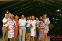CON  AMICI 1988     (Foto di Bruno Marino)  NEL GRAN TENDONE DELLA BIRRERIA HENRY CON UN   GRUPPO DI AMICI. IN CENTRO (con il grembiulino)  SONO ASSIEME A JANJNKA.           1988  - Ragusa (3891 clic)