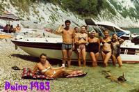 DUINO  1983       (Foto di Bruno Marino)  IN UNA TRANQUILLA CALETTA DELLA STUPENDA COSTA  DI DUINO-AURISINA SOTTO LA FAMOSA COSTIERA  IN QUESTO LUOGO SI ARRIVA SOLO IN BARCA SOPRA DI  NOI UNA PARETE ROCCIOSA ALTA 100 METRI.      DUINO (TS) 1983  - Ragusa (2573 clic)