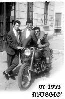 EMIGRATO IN MOTO  1953   (Foto di Bruno Marino) BRUNO MARINO (sulla moto GUZZI 500) emigrato al nord. Luglio 1953 a MUGGIO'(MI) Amici ARMANDO e FERDI.  - Ragusa (3006 clic)