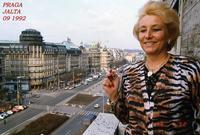 PRAGA   1992       (Foto di Bruno Marino)  JANINKA DAL BALCONE DEL HOTEL YALTA LA BELLA PIAZZA VENGESLAO TEATRO DI CRUENTI FATTI POLITICI SIMBOLO DELLA LIBERTA'   PRAGA HOTEL JALTA SETT.1992  - Ragusa (3281 clic)