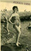 GIOVANE  BAGNANTE   1958   (Foto di Bruno Marino) MADDALENA IN VACANZA A JESOLO   ANNO 1958  - Ragusa (3308 clic)