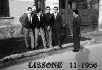 AMICI  1956           (Foto di Bruno Marino) CLASSICO GRUPPO DI....NULLAFACENTI anno 1956  LISSONE (MI)  - Ragusa (3357 clic)