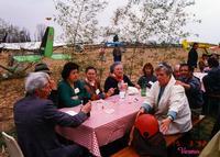SCAMPAGNATA 1992     (Foto di Bruno Marino)  UNA BELLA SCAMPAGNATA TRA VOLI IN DELTAPLANO E GRIGLIATE LUCULLIANE CON VINO DEL CONTADINO CHE TI  FACEVA CANTARE VOLA..COLOMBA..VOLA..    VARMO (UD) 1992    - Ragusa (3370 clic)