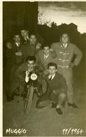 AMICI  LONTANI  1964        (Foto di Bruno Marino)  ERAVAMO POVERI E SEMPLICI,  IL VESTITO DELLA     DOMENICA,TANTI SOGNI,TANTI PROGETTI, AVEVAMO LA   GIOVENTU' MOLTI DEL GRUPPO SON PARTITI PER IL  LUNGA VIAGGIO SSENZA RITORNO! A PRESTO AMICI!!    MUGGIO' (MI) 1964  - Ragusa (2947 clic)