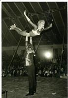 ACROBATA  1968     (Foto di Bruno Marino)  SPETTACOLO ACROBATICO FATTO DI GRAZIA E BELLEZZA  PEPITO e JANINKA A BUDAPEST.     TENDONE MIR BUDAPEST 1968  - Ragusa (2579 clic)