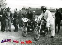 MILANO 1959  (Foto di Bruno Marino) MOTOCICLISTI PRONTI ALLA PARTENZA DEL AUDAX DELLA LOMBARDIA DI CIRCA 200 KM (Molti per quei tempi)  - Ragusa (3447 clic)