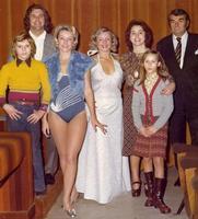 TUTTIBELLI    1970     (Foto di Bruno Marino)  JANINKA (in blu) CON MARUNDA E AMICI.      PRAGA 1970  - Ragusa (3618 clic)