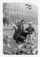 MILANO  1968          (Foto di Bruno Marino) PAPA' BRUNO CON FIGLIO MORENO,CON PICCIONI, E.... TANTA NEBBIA  MILANO SETT.1968  - Ragusa (4341 clic)