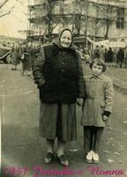 JANINKA   PRAGA  1951       (Foto di Bruno Marino)  JANINKA con NONNA a PRAGA  1951  - Ragusa (2966 clic)