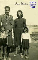 PUNTA SECCA   1942        (Foto di Bruno Marino)  FAMIGLIA MARINO AL COMPLETO A PUNTA SECCA 1942.  INFANZIA FELICE FATTA DI MARE DI SABBIA E DI CIELO MERAVIGLIOSAMENTE AZZURRO. NOSTALGIA!!  - Ragusa (2730 clic)