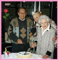 COMPLEANNO  2001   (Foto di Bruno Marino)  NON E'INTERESSANTE IL COMPLEANNO QUANTO RIVEDERE  E RICORDARE QUEI MOMENTI PER LA PRESENZA DI MIA  MADRE.RICORDARE E'UNO STRAZIO DOLCISSIMO CHE TI  SPEZZA IL CUORE.  MONZA  30/03/2001  - Ragusa (3176 clic)
