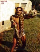 SENSASIONE!!  1972        (Foto di Bruno Marino)  LE SENSASIONI CHE PROVI CON UN RETTILE SONO MOLTO  PIACEVOLI.LA GENTE PENSA CHE SIA VISCIDO.MA' CIO'  NON E' ASSOLUTAMENTE VERO.CON LE DOVUTE CAUTELE A  QUESTO PITONE  (50KG) MI' CI' SONO AFFEZIONATO.     AUSTRIA 1972   WIENNA  - Ragusa (3348 clic)