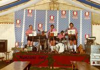 TIROLESI  1983     (Foto di Bruno Marino)  UNA DELLE TANTE ORCHESTRE CARATTERISTICHE CHE  VENIVANO CAMBIATE OGNI 15 GIORNI PER ALLIETARE  I FESTAIOLI DELLA BIRRERIA EHNRY     1983  - Ragusa (2917 clic)