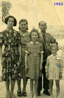 IMMIGRATI  1953         (Foto di Bruno Marino) FAMIGLIA di IMMIGRATI VENETI 1953. MADDALENA CON LE DUE SORELLE,IL BABBO E LA MAMMA.  - Ragusa (3352 clic)