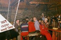 M. TATRY SLOV.  1974    (Foto di Bruno Marino) IN UNA BAITA NELLE  MERAVIGLIOSE CATENE MONTUOSE DEI TATRA IN REP. CECA. POLLO ALLA GRIGLIA........ SUPERLATIVO!! ABBIAMO FATTO FUORI ANCHE LE OSSA!!   SLOVACCHIA  1974  MONTI TATRY  - Ragusa (3395 clic)