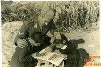 PUNTA SECCA 1942 (Foto di Bruno Marino) LEZIONE IN SPIAGGIA 1942 PAPA'con BRUNO e VENERINA  - Ragusa (3429 clic)