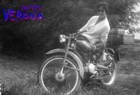 VACANZE D'UNA VOLTA   1957   (Foto di Bruno Marino)     MADDALENA VA' IN VACANZA CON...VALIGIE AL SEGUITO VERONA 1957--- GUZZINO 65cc. DUE PERSONE+VALIGIE 300 KM.8 ORE (circa)  - Ragusa (3449 clic)