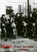 I ....MOTORIZZATI    1955      (Foto di Bruno Marino) GIOVANI CORAGGIOSI SPREZZANTI DAL PERICOLO CON I LORO BOLIDI DA....300 ORARI. LISSONE(MI) 1955  - Ragusa (3317 clic)