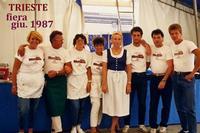 BIRRERIA HENRY  TS 1987   (Foto di Bruno Marino) IL PERSONALE DELLA GRANDE  BIRRERIA HENRY IN OCCASIONE DELLA FIERA INTERNAZIONALE DEL 1987 AL CENTRO MIA MOGLIE JANJNKA    TRIESTE 1987  - Ragusa (3362 clic)