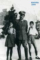 RAGUSA   1944         (Foto di Bruno Marino) GIOVANNI MARINO (G.F.) con i figli BRUNO e VENERINA
