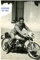 PICCOLA BOMBA          (Foto di Bruno Marino) E LA PROFEZIA DI NOSTRADAMUS SI AVVERRO'...e venne l'uomo che... GUIDAVA COME UN PAZZO A FARI SPENTI NELLA NOTTE...  MARINO BRUNO LISSONE(MI)1954 PICCOLA BOMBA 70cc. 140 KM ora ANNO 1954  - Ragusa (3873 clic)