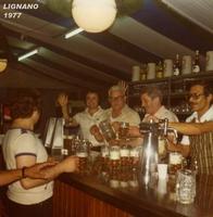 BIRRAIOLI   1977   (Foto di Bruno Marino)  SPINATORI DI BIRRA ALQUANTO.....INCASINATI IL  PRIMO(da destra) TIENE DURO L'ULTIMO SI E'GIA'  ARRESO E POCO DOPO SI SUICIDERA'PER  LA SUA  INETTITUDINE ALLO SPINAGGIO.     BIRRERIA EHNRY  1977  - Ragusa (2582 clic)