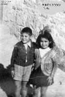 PUNTA  SECCA  1942                 (Foto di Bruno Marino) Bruno e Venerina nel 1942 nel bel mare di Punta Secca abitata da pochissime famiglie di pescatori e contadini.Il mondo pulito di una volta.  - Punta secca (5135 clic)