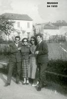 GIOVANI  AMORI  1955       (Foto di Bruno Marino) DUE GIOVANI COPPIE D'UNA VOLTA    MUGGIO' 1955  - Ragusa (3225 clic)