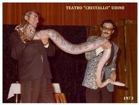 SPETTACOLO  1973           (Foto di Bruno Marino)  SPETTACOLO IN UDINE TEATRO CRISTALLO  1973  SI LAVORAVA CON QUATTRO PITONI QUESTO PESAVA 50 KG  - Ragusa (3229 clic)