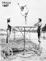 GINNASTE  PRAGA 1957      (Foto di Bruno Marino) GIOVANE GINNASTE IN ALLENAMENTO  PRAGA 1957 DA SINISTRA: MARUNDA SLAVKA JANINKA TRE' BELLEZZE!  - Ragusa (4417 clic)