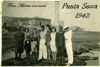 PUNTA  SECCA  1942     (Foto di Bruno Marino)   FAM.MARINO CON AMICI NELLA SOLITARIA PUNTA SECCA.NON C'ERANO QUELLE BRUTTE CASE EDIFICATE SULLA SPIAGGIA.A VEDERLE OGGI MI PIANGE IL CUORE.ERAVAMO IN POCHI RISPETTOSI DELLA NATURA.  - Punta secca (6414 clic)
