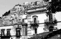 dietro le case il quartiere Pizzo  MODICA Enzo Belluardo
