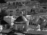 San Giorgio, dietro la Cupola il Palazzo Tommasi Rosso   - Modica (2372 clic)