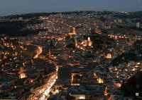 La città di Modica, sagome in movimento di Enzo Belluardo (21922 clic)