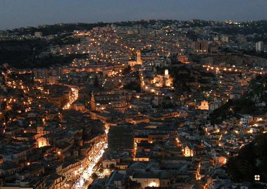 La città di Modica, sagome in movimento di Enzo Belluardo - MODICA - inserita il 31-Mar-11