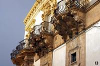 Palazzo Beneventano, i balconi sono con mensole di pregevole fattura   - Scicli (2206 clic)
