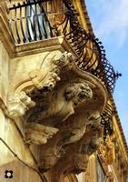 Palazzo Beneventano, particolari le mensole ad immagine speculare   - Scicli (2426 clic)