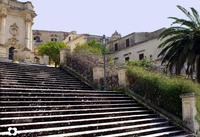 dalla scalinata di S. Giorgio, in alto Palazzo Tommasi Rosso e il Campanile di S. Martino   - Modica (1573 clic)