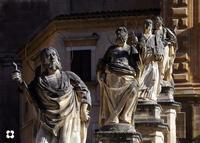 i Santuna di San Pietro le statue allineate, assieme ad altre otto, i 12 apostoli sono situate sulla scalinata della Chiesa di San Pietro.   - Modica (1533 clic)