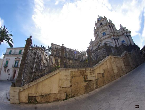 Ibla, San Giorgio vista laterale - RAGUSA - inserita il 28-Mar-12