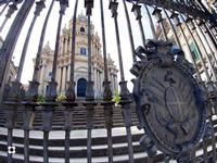 Ibla, San Giorgio. Dietro il cancello   - Ragusa (1624 clic)