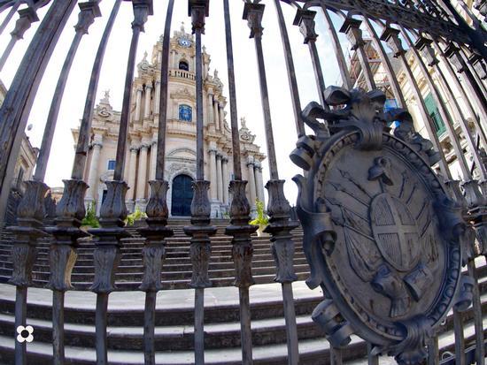 Ibla, San Giorgio. Dietro il cancello - RAGUSA - inserita il 19-Apr-12
