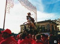 S. Giorgio, processione 2002, ma che si ripete ogni anno.   Foto digitalizzata per essere inserita nel racconto per le vie di Modica per La piccola Locanda.  - Modica (3590 clic)