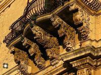 per le vie di Modica Palazzo Tomasi Rosso, mensole fra le più bella di tutto il Val di Noto (1906 clic)