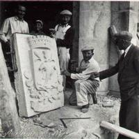 Librizzi i Scarpillina Mastri scarpillina petralesi della famiglia Librizzi che hanno realizzato la scultura in pietra del nuovo stemma del Comune di Castellana Sicula che ha chiesto e ottenuto, dopo lunghe lotte, l'autonomia da Petralia Sottana nel 1948  - Castellana sicula (4636 clic)